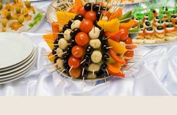 Mesa tipo buffet con frutas tropicales