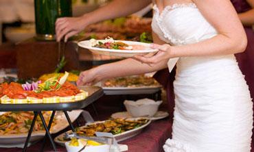 catering de bodas novia comiendo