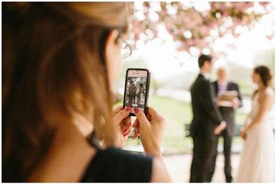 novia haciendo fotos
